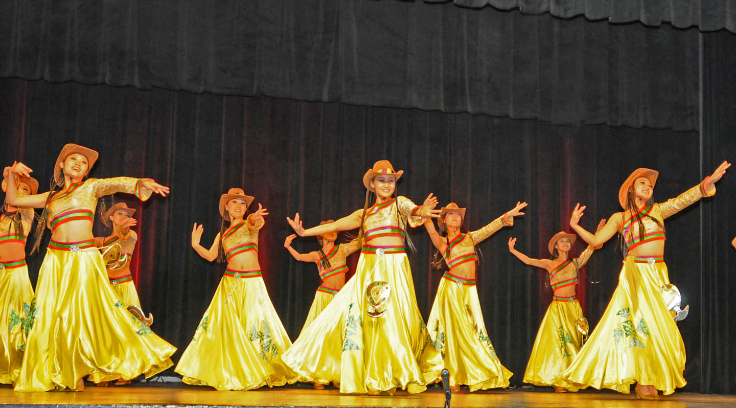 Chinese troupe thrills audience, makes friends
